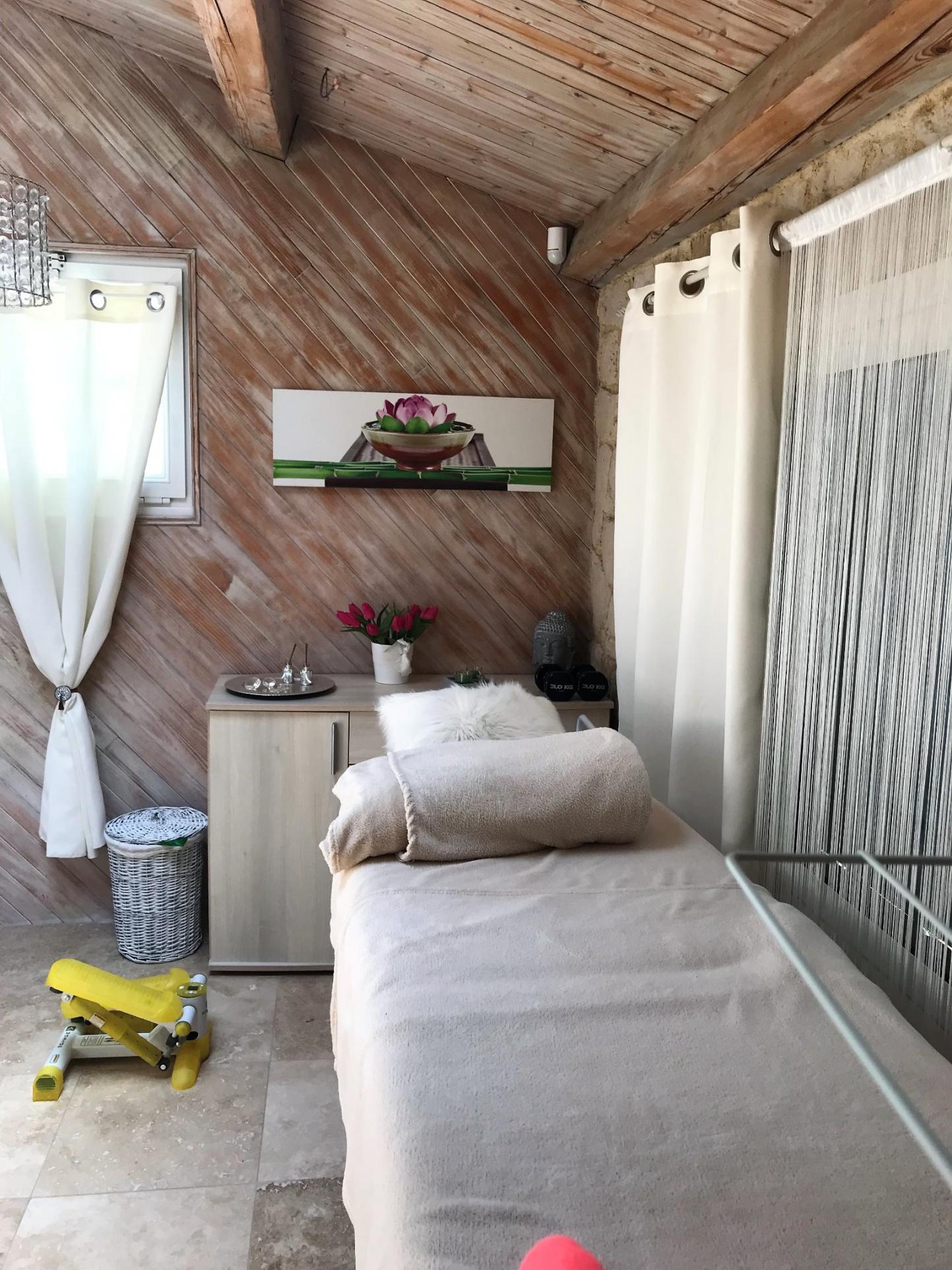 pièce faisant office de salle de massage et terrasse